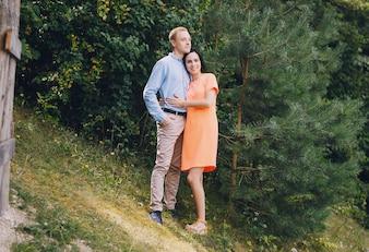 自然を楽しむ幸せなカップル