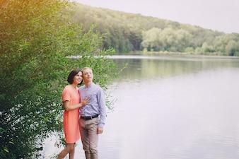 湖の背景と幸せなカップル
