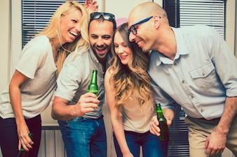 パーティーで冗談を言う幸せな友達