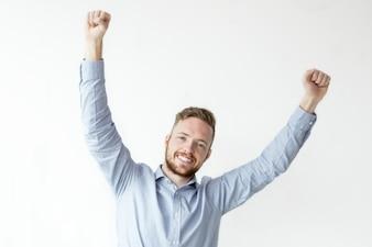 Счастливый красивый человек празднует успех