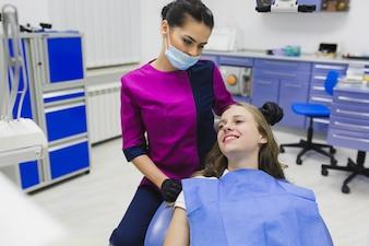 歯科医院で幸せな女性
