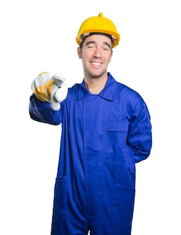 白い背景にあなたを笑っている幸せな労働者
