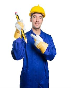 白い背景に大きな鉛筆を使用して幸せな労働者