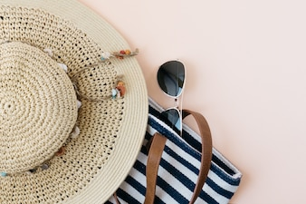 Hat and handbag to go to the beach