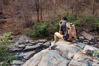 写真を撮っている岩の登る人