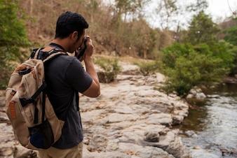 川の写真を撮っている登山者