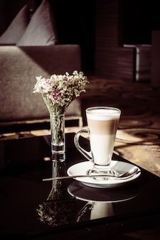 Горячая латте кофейная чашка на столе