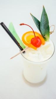 氷を飲むカクテルグラス