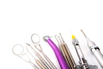 白い背景と歯科医の楽器