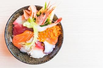 刺身シーフードを盛り込んだ日本のお椀