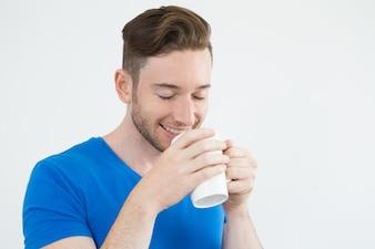 Веселый красивый человек, пахнущий кофе