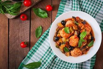 七面鳥肉のミートボール(野菜、茄子、オリーブ、トマト)