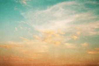 青空と日没の風景の自然の背景 - ヴィンテージ色調とグレービーオーバーレイ効果