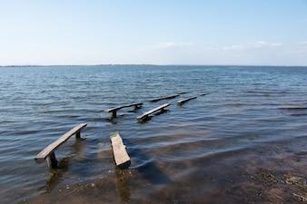 青空の背景と昼間の湖の風景