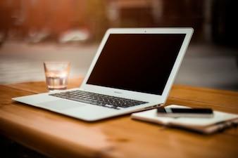 オフィスの机の上にノートパソコン