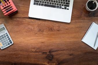ノートパソコン上のヴィンテージ木製のデスクトップ、現代的なオフィスのアクセサリー - 上の机の上からの眺め