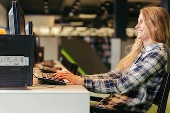 コンピュータで笑う女の子