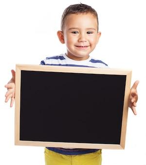 Маленький мальчик держит доску
