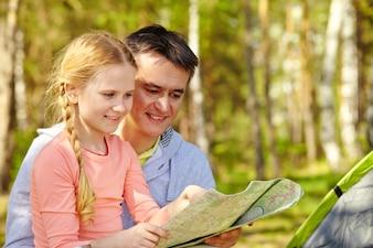少女は父親で地図を見て