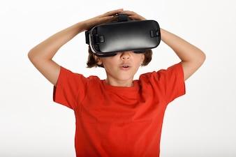VR眼鏡を見て、彼の手で身に着けている少女。