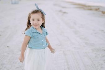 ビーチの小さな女の子