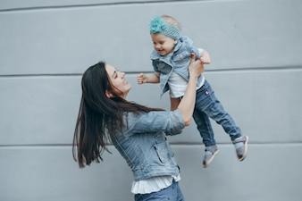 小さな髪の2つの幸せの子供
