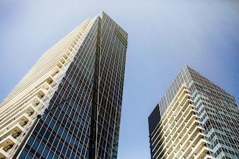 青い空の下で豪華なドバイの未来的な建物を下から見てください
