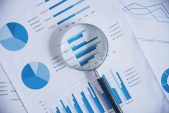 拡大鏡で成長チャートを見る。グラフ、チャート、および拡大鏡。
