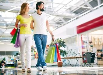 仲のいい夫婦のショッピング