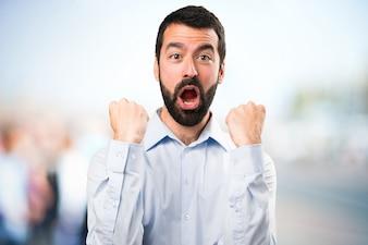 Счастливый красивый человек с бородой на фоне сфокусированным