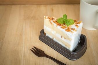 マカダミアケーキ、プラスチック、ラッピング、木製、テーブル、背景。