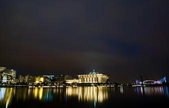 マレーシアの夜の橋イスラム教徒のアーキテクチャ