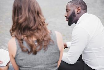 外に座っている男と女