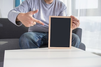 男は黒板を持っている
