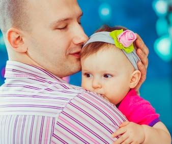 赤ちゃんを持つ男