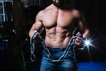 重い鎖を手に持つ男