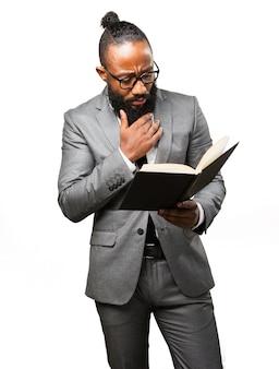Человек в костюме читает книгу