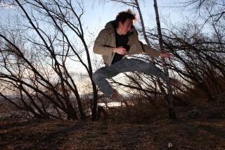 человек прыгает, быстро, леса