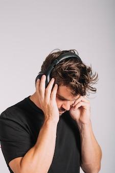 音楽を聴いている男