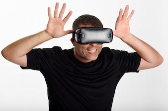 VRの眼鏡を見て、彼の手で身に着けている男。