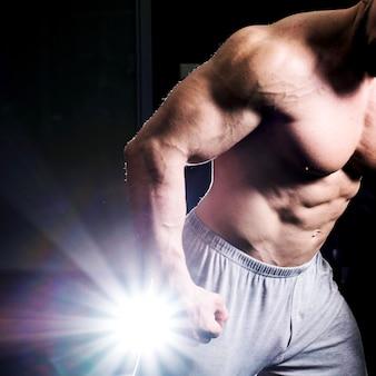筋肉を見せている男