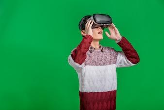 仮想現実のヘッドセットを身に着けている男