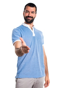 取引をしている青いシャツを持つ男