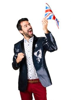 英国の旗を持っているジャケットを持つ男