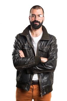 Человек от кожаной курткой из скрещенными руками