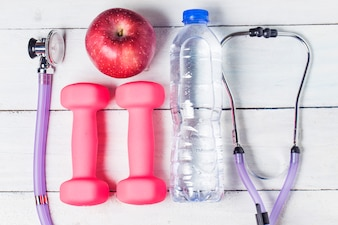 医学聴診器、リンゴ果実、木製の背景。健康的なライフスタイルのコンセプト画像。