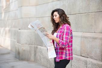 Непонимание девушки, глядя на карту города