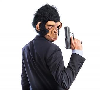 Человек обезьяны из пистолетом