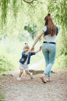 母は彼女の娘の手をつないで遊んで