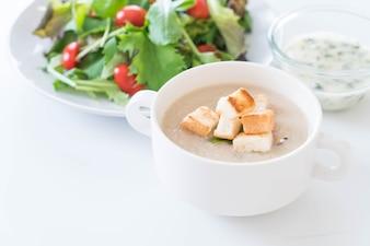 キノコのスープと白いセラミックカップのパン